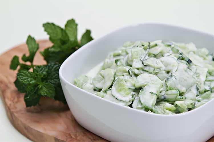 Салат из огурцов с йогуртом